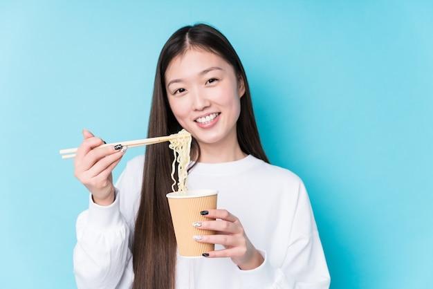 Молодая японка ест лапшу