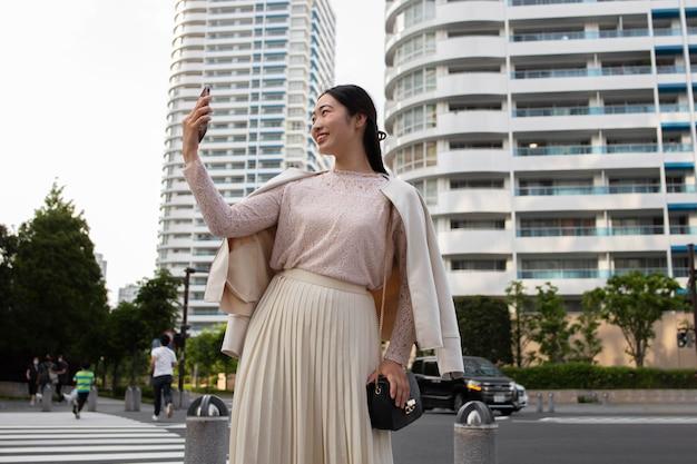 屋外で白いスカートの若い日本人女性