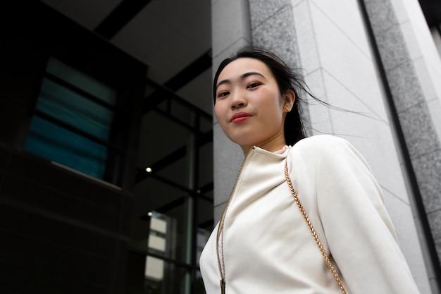Молодая японка в городе