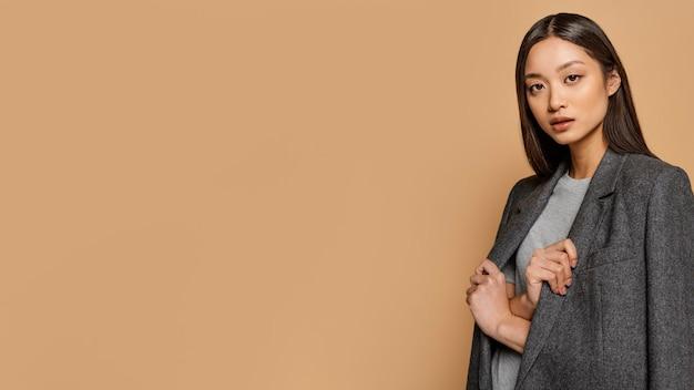 Портрет молодой японской женщины с копией пространства