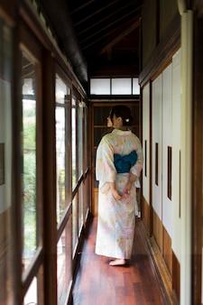 Молодая японка в кимоно