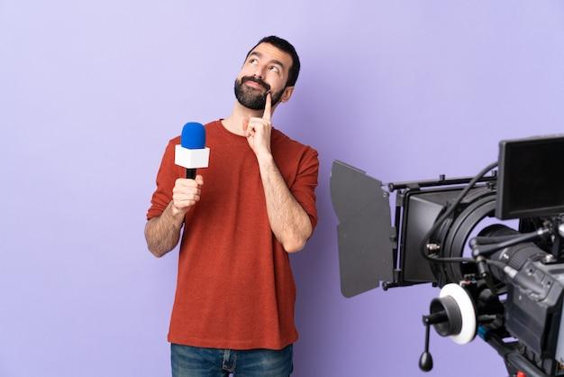 Молодой журналист человек на изолированном фоне