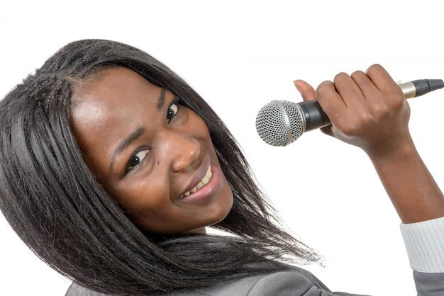 Молодой журналист с микрофоном