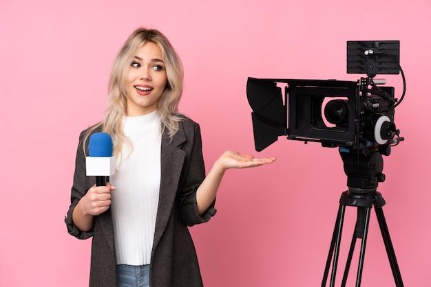 Молодая журналистка на изолированном фоне