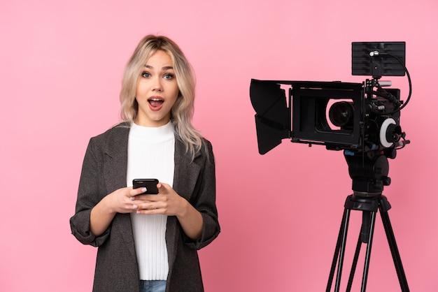 孤立した背景の上の若いジャーナリストの女性