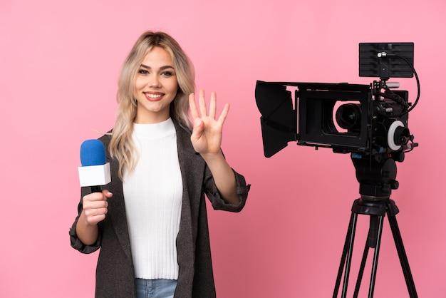 孤立した壁の上の若いジャーナリストの女性