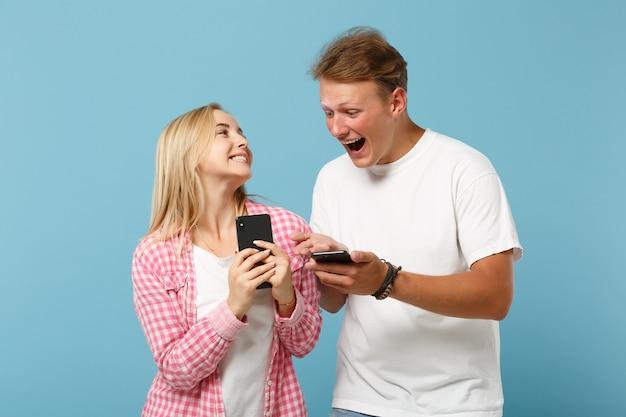젊은 즐거운 부부 친구 남자와 여자 화이트 핑크 빈 빈 티셔츠 포즈