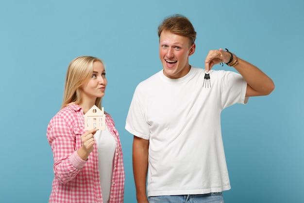 젊은 즐거운 부부 두 친구 남자와 여자 화이트 핑크 빈 빈 티셔츠 포즈
