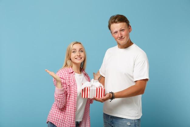 젊은 즐거운 부부 두 친구 남자와 여자 흰색 분홍색 티셔츠 포즈