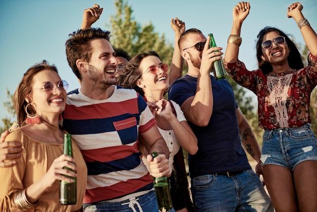 屋外で踊る若い楽しい人々
