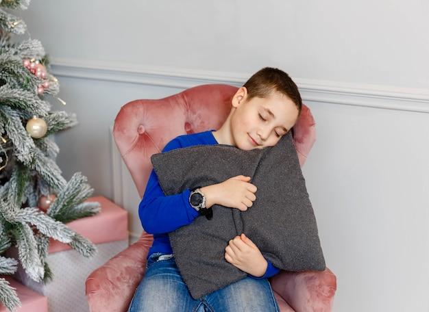 Молодой ребенок отмечает зимние праздники. рождество - время подарков