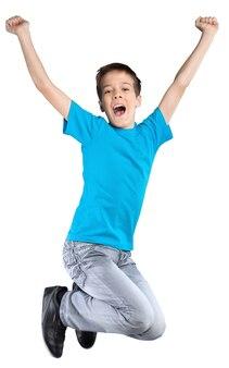 Молодой ребенок прыгает от радости