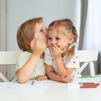Молодые дети рисуют дома