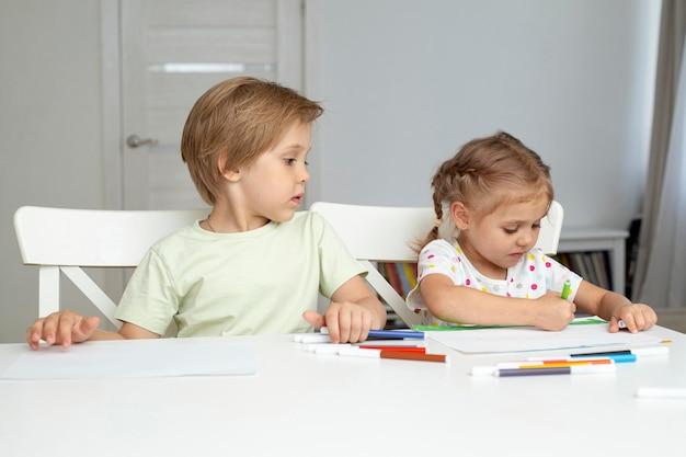 若い子供たちを描く