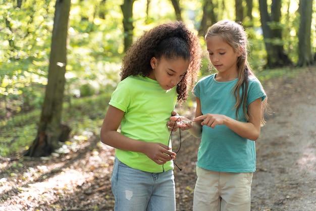 자연을 함께 탐험하는 어린 아이들