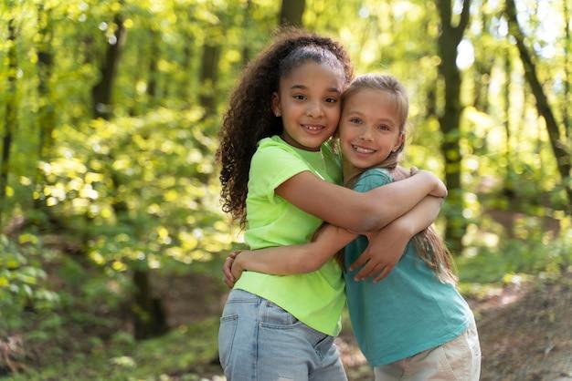 自然を一緒に探検する幼い子供たち