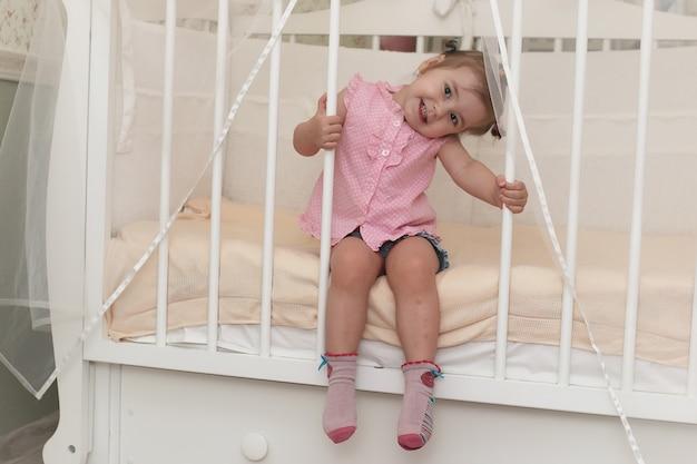 部屋の床で遊ぶ幼児