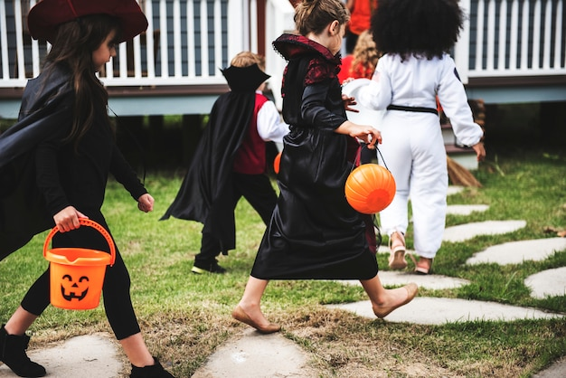 Молодые дети трюк или лечение во время хэллоуина