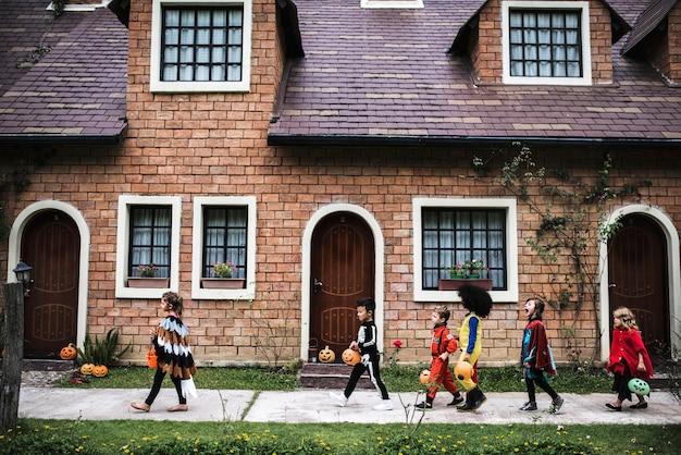 Молодые дети трюк или лечение во время хэллоуина Бесплатные Фотографии