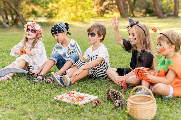 Маленькие дети в костюмах