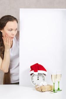 サンタクロースの帽子をかぶった30〜40歳の若い女性