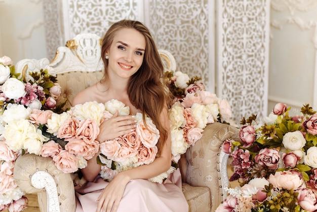 금발의 굽 높은 헤어 스타일과 다른 색상으로 포즈 맨 손으로 어깨를 가진 젊은 아가씨 백인 백인 여자