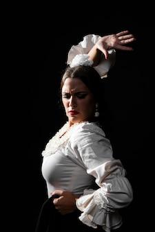 Giovane donna che balla con grazia flamenco
