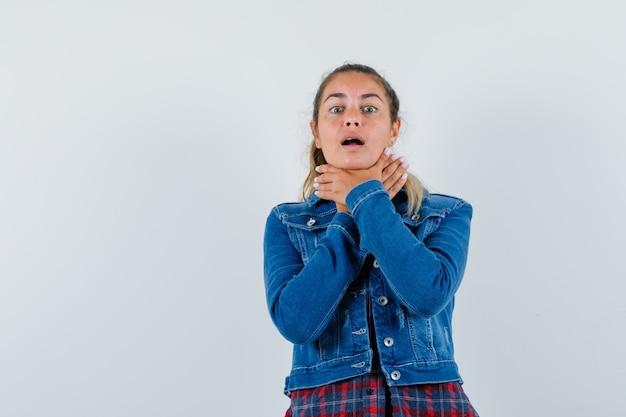 シャツ、ジャケットの喉の痛みを抱え、体調を崩しているお嬢様、正面図。