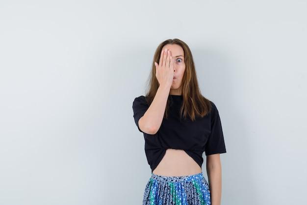 ブラウス、スカート、おかしな顔で手をつないで若い女性