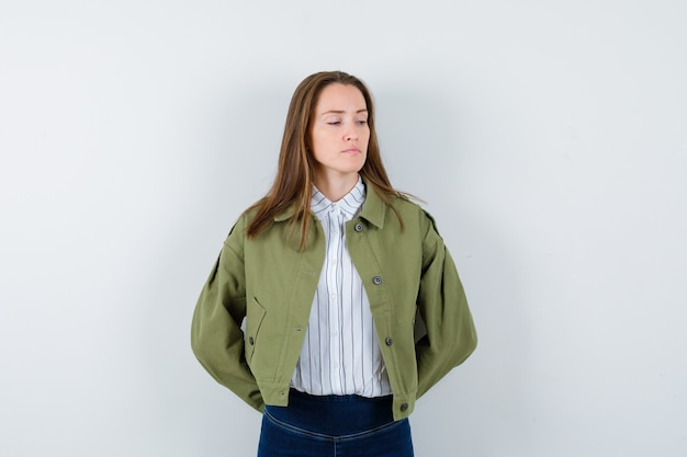 ブラウスの若い女性、後ろ手で見下ろし、悲しそうなジャケット、正面図。
