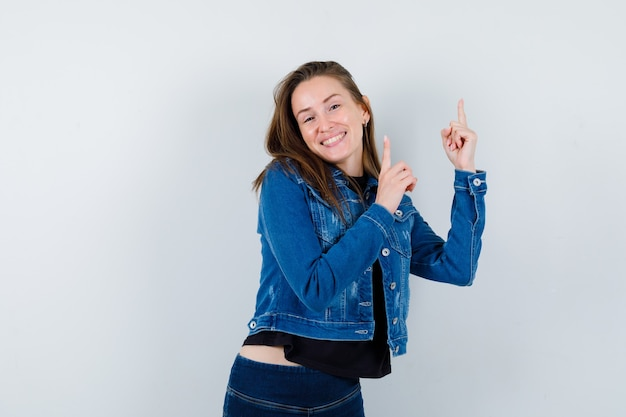 ブラウスの若い女性、上向きで陽気に見えるジャケット、正面図。