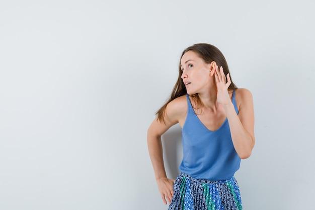 青いブラウスを着たお嬢様、何かを聴こうとしているスカート、気配りの行き届いた正面図。