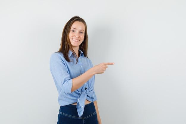 Девушка в синей рубашке, штаны указывают в сторону и выглядит веселой