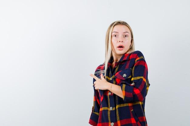 チェックシャツを着たお嬢様が左側を指して困惑している様子、正面図。