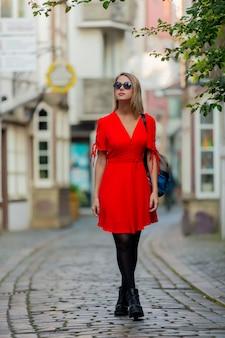브레멘의 중세 거리에 드레스를 입고 젊은 아가씨