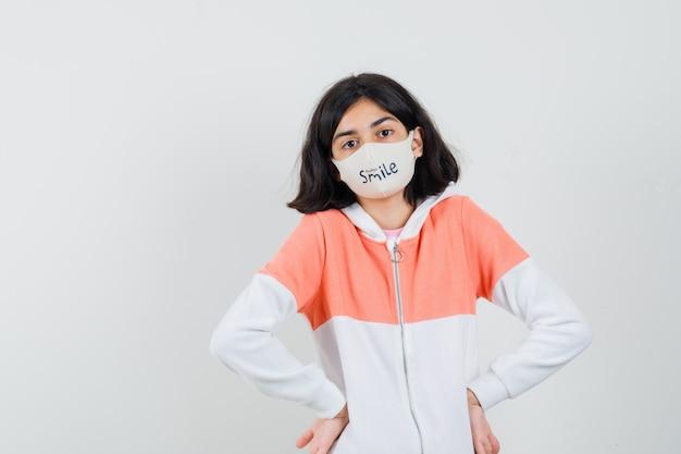 パーカーの若い女性、楽しみにしてフェイスマスク
