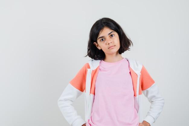 재킷, 핑크 셔츠와 심각한 찾고 젊은 아가씨.