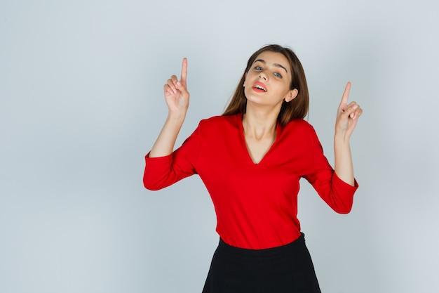 赤いブラウスを着た若い女性、上向きでゴージャスなスカート