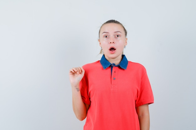 Tシャツを着た若い女性と不思議に見える