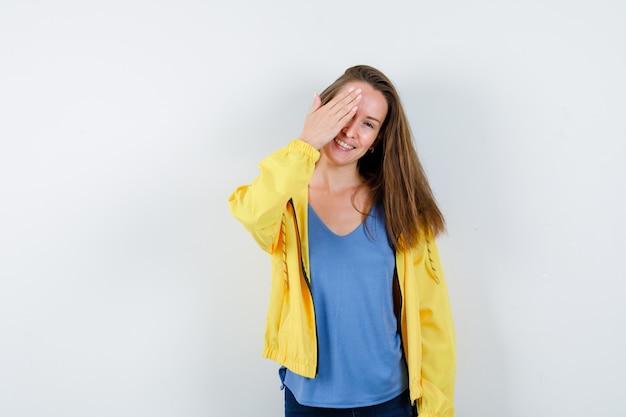 Tシャツを着た若い女性、目をつないで、素敵な正面図を見てジャケット。