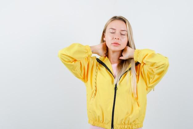 Tシャツ、首に手をつないで、疲れ果てているように見えるジャケットの若い女性