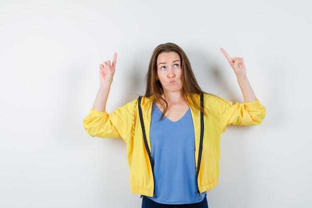 Tシャツを着た若い女性、上向きで躊躇しているジャケット、正面図。