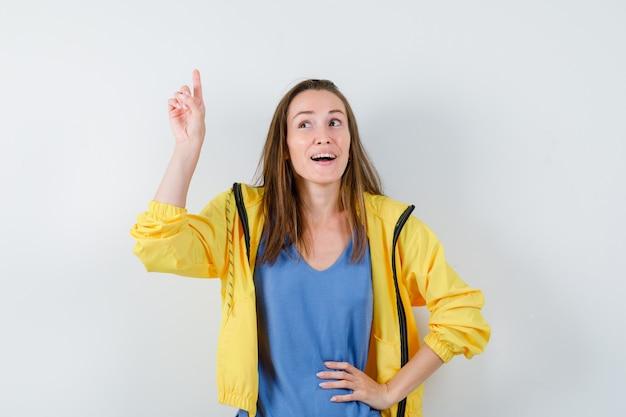 Tシャツ、上向きで希望に満ちたジャケット、正面図の若い女性。