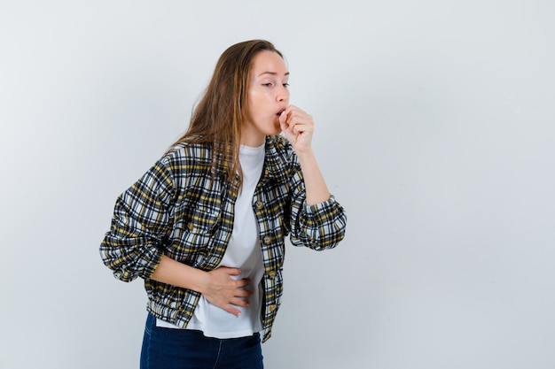 Tシャツ、咳に苦しんでいるジャケット、病気に見える、正面図の若い女性。