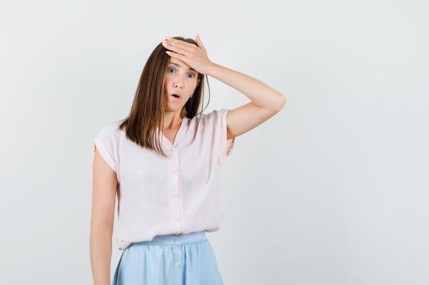 Tシャツを着たお嬢様、額に手をかざして物忘れをしているスカート、正面図。