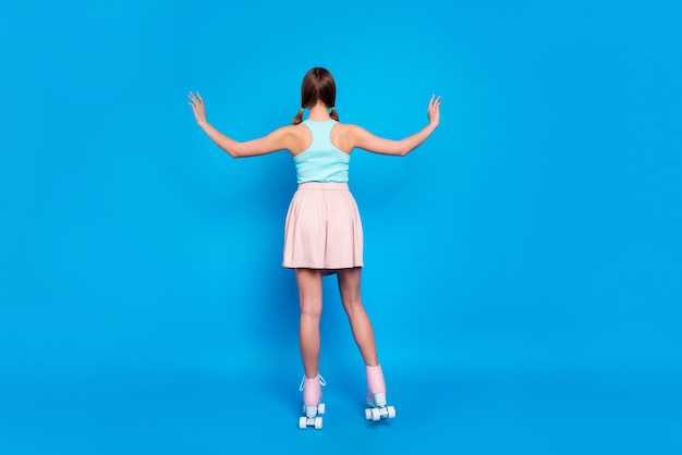 Молодая леди, изолированные на синем фоне
