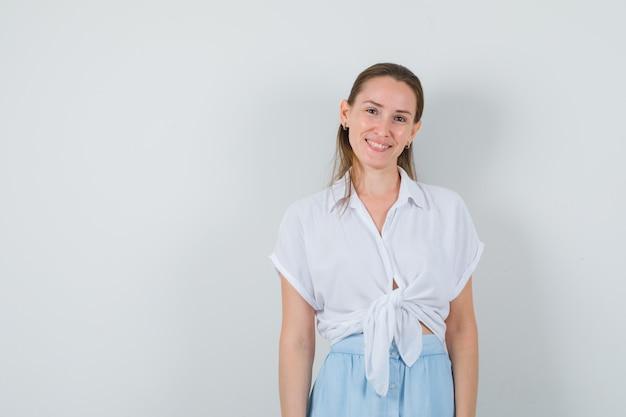 블라우스와 치마를 입고 매혹적인 찾고 젊은 아가씨