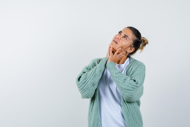 티셔츠, 재킷을 입고 사려깊은 찾고 있는 젊은 여성