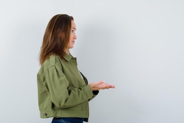 ジャケットでジェスチャーを授受するお嬢様が可愛く見えます。 。