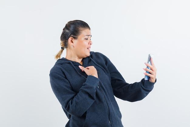Giovane signora che fa videochiamata nella vista frontale della giacca.